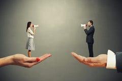 Mannen och kvinnan på det stort gömma i handflatan Fotografering för Bildbyråer