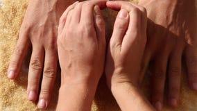 mannen och kvinnan satte händer i hjärta på ordet FÖRÄLSKELSE lager videofilmer