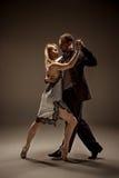 Mannen och kvinnan som dansar argentinian tango Royaltyfria Bilder