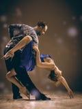 Mannen och kvinnan som dansar argentinian tango Arkivfoto