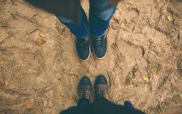 mannen och kvinnan står mitt emot de Arkivbild