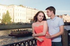 Mannen och kvinnan står på stadsinvallningen Arkivbild