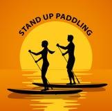 Mannen och kvinnan står paddla upp på vatten på solnedgången royaltyfri illustrationer
