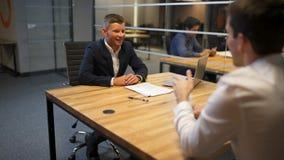Mannen och kvinnan talar med advokaten i bankstyrelse stock video