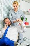 Mannen och kvinnan tjänar pengar på mobilt konversationbedrägeri Utpressning- och pengarutpressning Olagligt pengarvinstbegrepp m royaltyfri bild