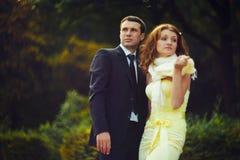 Mannen och kvinnan vänder omkring, medan krama Royaltyfri Foto