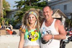 Mannen och kvinnor deltar i fullmånepartiet på ön Koh Phangan thailand Arkivfoton