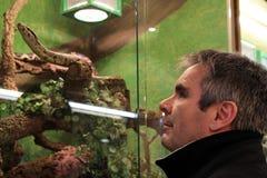 Mannen och ormen Arkivbild