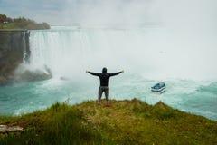 Mannen ovanför Niagaraet Falls, Kanada Fotografering för Bildbyråer