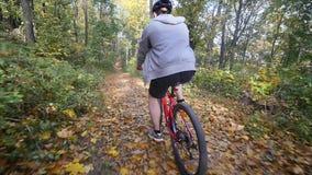 Mannen på cykeln rider förbi i skogman på cykelritter förbi i skogultrarapid lager videofilmer