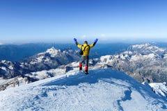 Mannen på den Mount Elbrus överkanten royaltyfria bilder