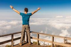 Mannen på det bästa berget tycker om underbara siktsberg för landskap Royaltyfria Foton