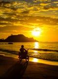 Mannen på en motorcykel rider Arkivfoto