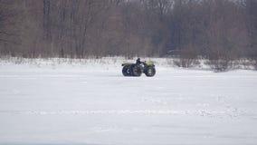 Mannen på ett handgjort motorcykelall-terräng medel rider på snö arkivfilmer