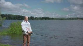 Mannen på fiske Vila på sjön lager videofilmer