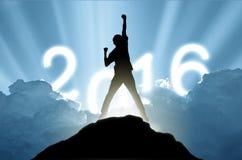 Mannen på maximumet av berget och suntlight numrerar 2016, framgång, Royaltyfri Fotografi
