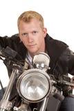 Mannen på motorcykelsvartomslaget lutar framåt belägen mitt emot slut Royaltyfria Foton