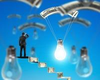 Mannen på pengartrappa som ser den ljusa kulan med pengar, hoppa fallskärm Royaltyfria Foton