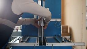 Mannen på printingproduktion är förlovad i printing arkivfilmer