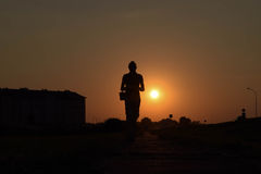 Mannen på solnedgången Arkivfoto