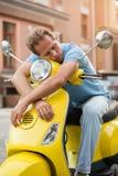 Mannen på sparkcykeln sover arkivfoto