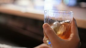Mannen på stången dricker whisky Närbild Uppståndelser dricker med is arkivfilmer