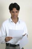 mannen papers avläsningsbarn Arkivfoton