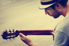 Mannen plays gitarren royaltyfri fotografi
