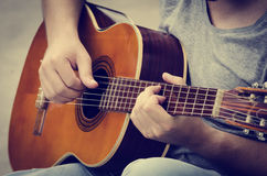 Mannen plays gitarren Royaltyfri Bild