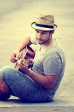 Mannen plays gitarren Fotografering för Bildbyråer