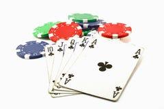 mannen plays poker Arkivbild