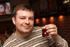 mannen poserar tea Arkivfoton