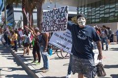 Mannen protesterar förutom LAPD-högkvarter Arkivbild