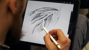 Mannen räcker arbete på den grafiska minnestavlan Märkes- arbeten på den grafiska minnestavlan på PC:N arkivfilmer