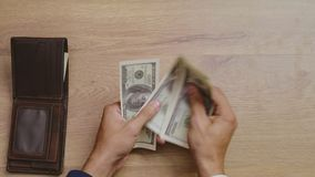 Mannen räcker att få pengar ut ur plånboken som räknar stock video