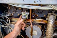 Mannen räcker att reparera bränslepumpen på bensinstationnärbilden, ingen Royaltyfri Fotografi