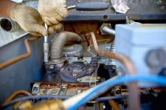 Mannen räcker att reparera bränslepumpen på bensinstationnärbilden, ingen Arkivbilder