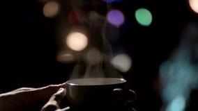 Mannen räcker att rymma en råna av varmt te stock video