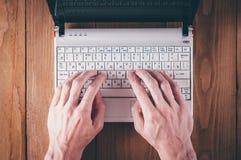 Mannen räcker handstiltext på bärbara datorn Arkivbilder