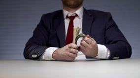 Mannen räcker innehavpacken av pengar Lyckad affärsman för monetär vinst lager videofilmer