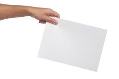 Mannen räcker isolerat hållande tomt papper Royaltyfri Fotografi