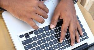 Mannen räcker maskinskrivning på datortangentbordet lager videofilmer