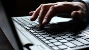 Mannen räcker maskinskrivning på ett bärbar datortangentbord lager videofilmer