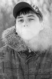 mannen röker royaltyfri foto