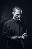 mannen röker Arkivbild