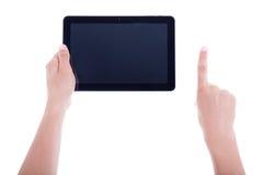 Mannen räcker genom att använda minnestavladatoren med den tomma skärmen som isoleras på w Royaltyfri Foto