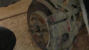 Mannen reparerar bromsdisketten arkivfilmer