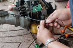 Mannen reparerar mekanikern Arkivfoto