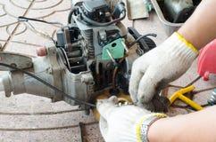 Mannen reparerar mekanikern Royaltyfria Bilder