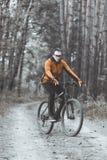 Mannen rider en cykel i skogen Royaltyfria Bilder